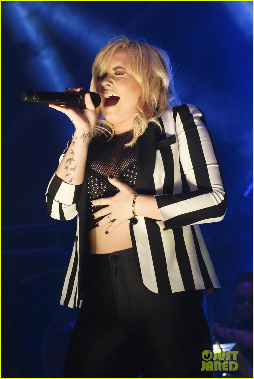 miley cyrus demi lovato chicago b96 pepsi summerbash 01