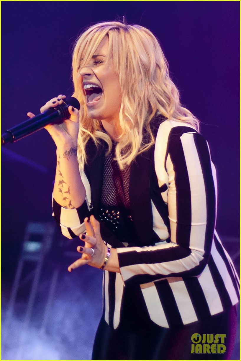miley cyrus demi lovato chicago b96 pepsi summerbash 232892278