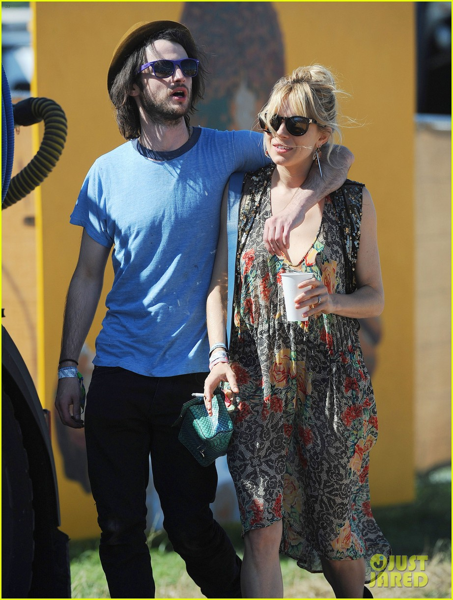 sienna miller tom sturridge glastonbury festival couple 032901171