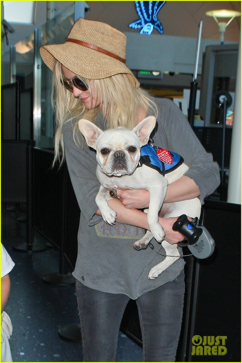 ashlee simpson bronx pups fly out of lax airport 02