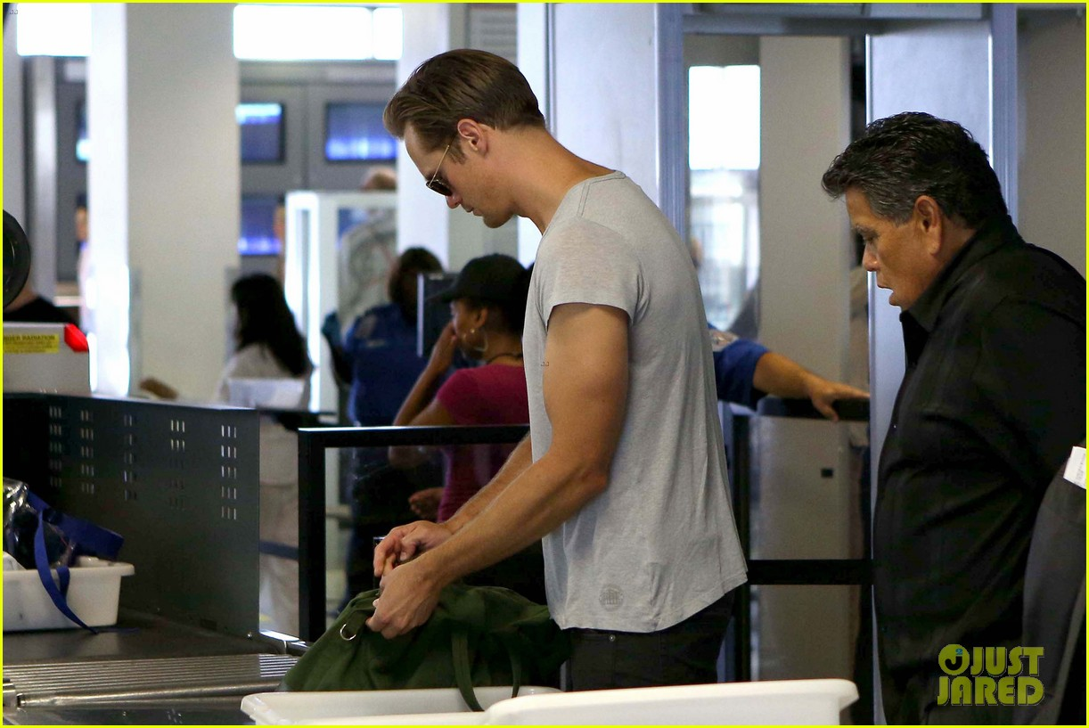 alexander skarsgard flaunts buff biceps at lax security line 032887131