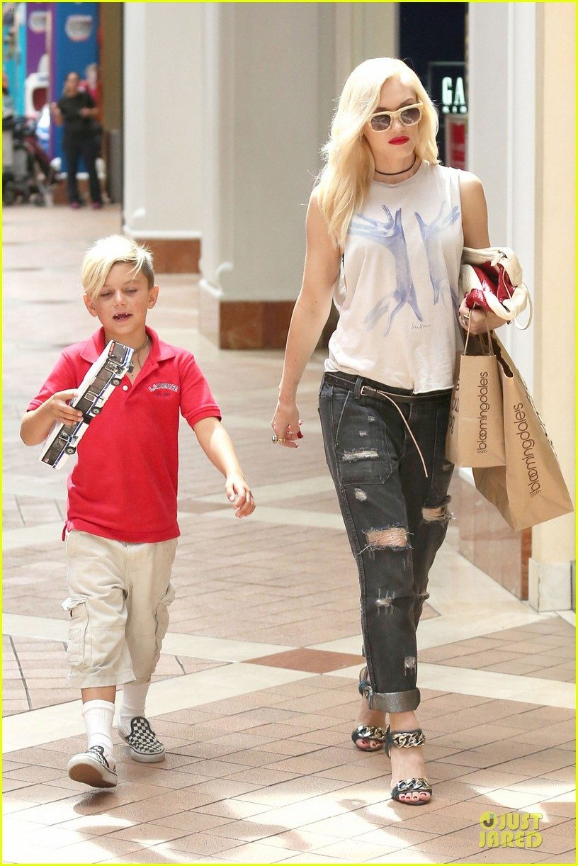 gwen stefani gavin rossdale hold hands before fathers day 032891820