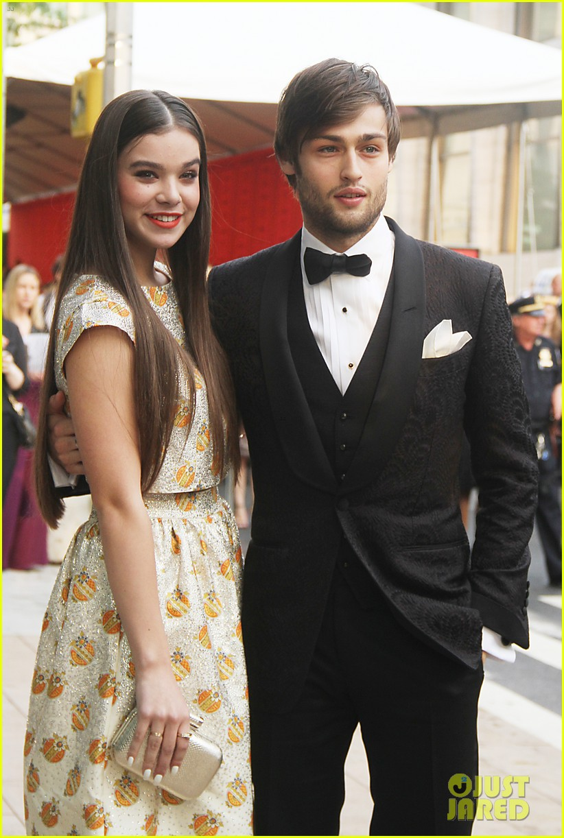 hailee steinfeld and douglas booth dating Romeo and juliet will open in uk cinemas on july 26 a us date is yet to be confirmed hailee steinfeld, douglas booth in romeo and juliet.
