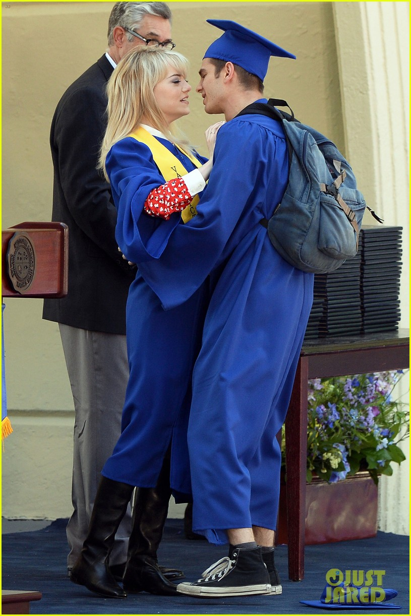 emma stone andrew garfield kiss at spider man graduation 05