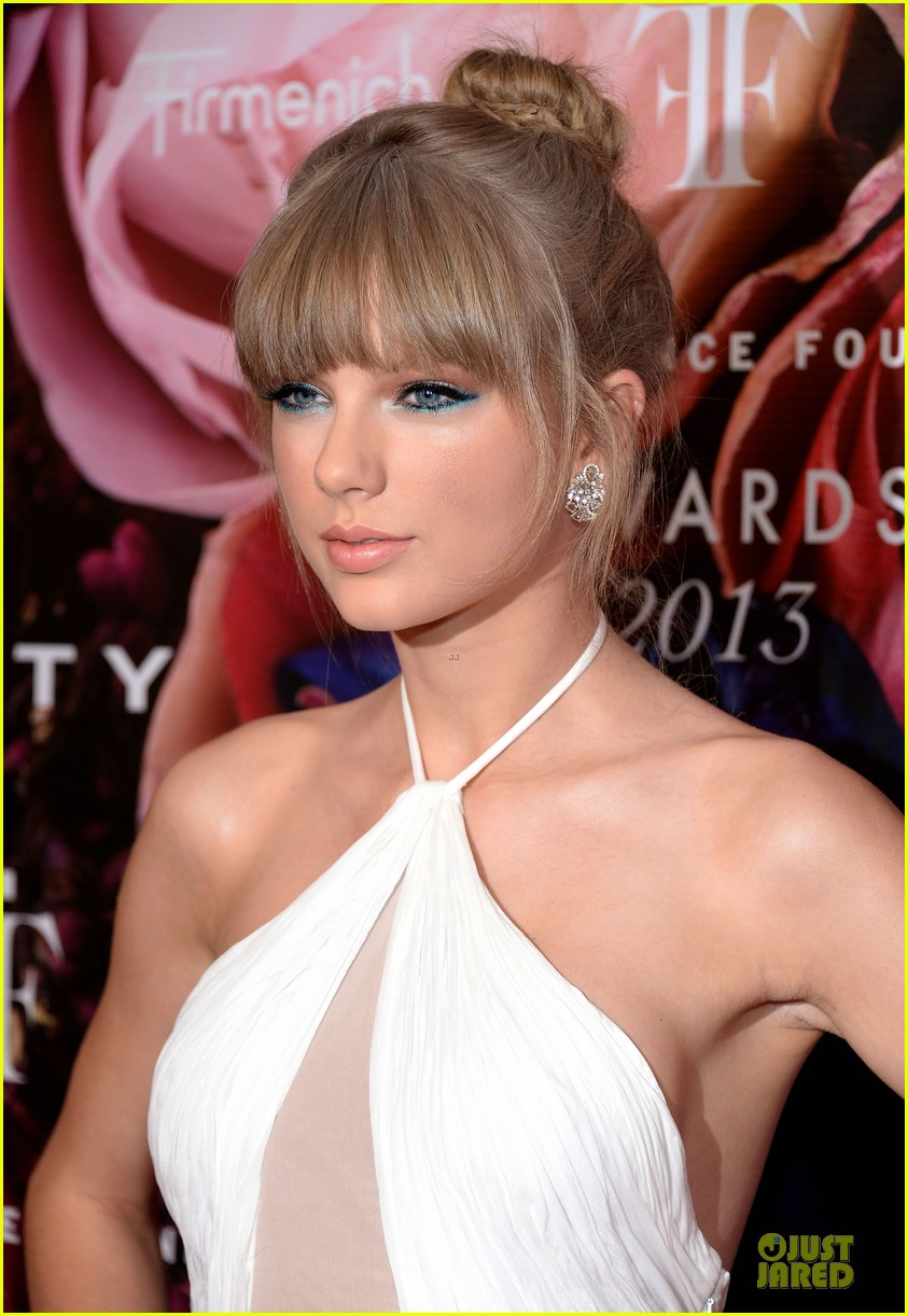 taylor swift fragrance foundation awards red carpet 02
