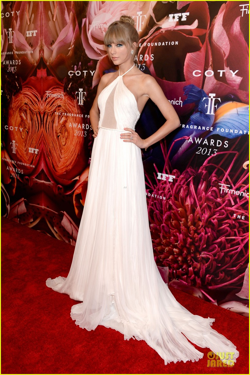 taylor swift fragrance foundation awards red carpet 03