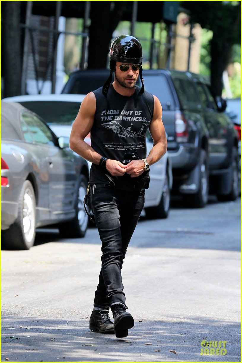 justin theroux bulging muscles man 052898330