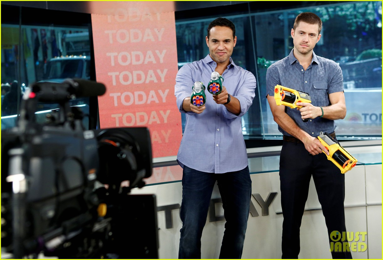 aaron tveit daniel sunjata nerf gun war on today show 01