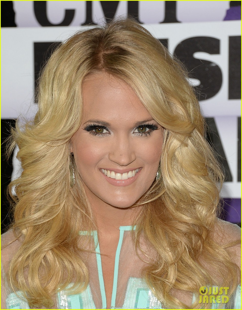 carrie underwood cmt music awards 2013 with mike fisher 04