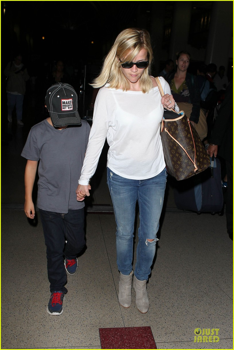 reese witherspoon deacon lax landing after fathers day  152893494