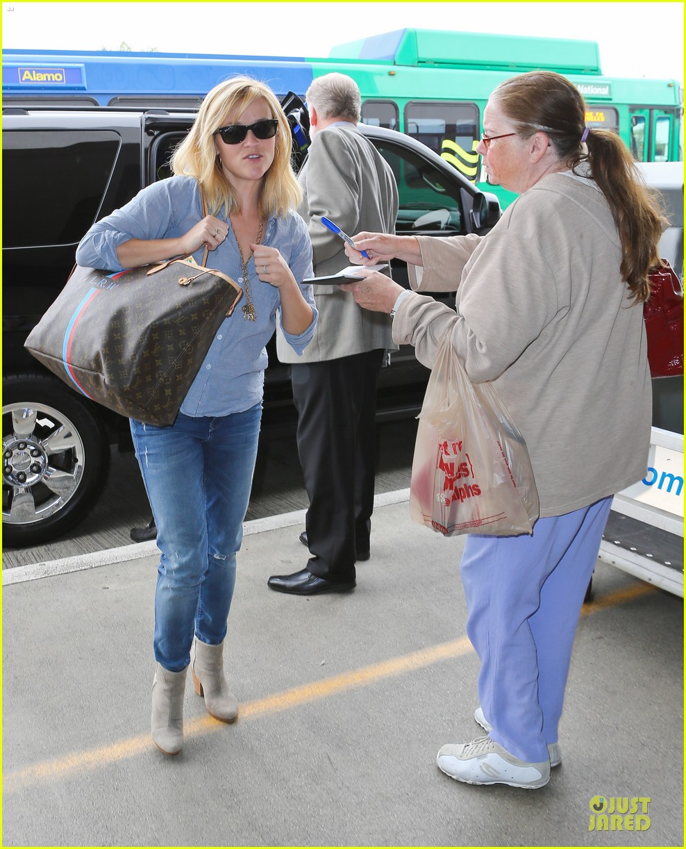 reese witherspoon lax departure for fathers day weekend 09
