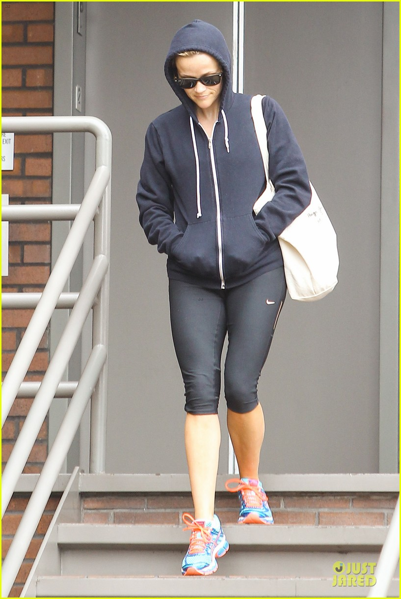 reese witherspoon retail therapy after morning workout 05