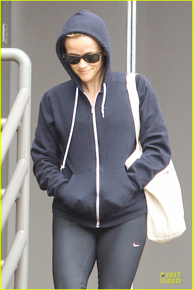 reese witherspoon retail therapy after morning workout 06