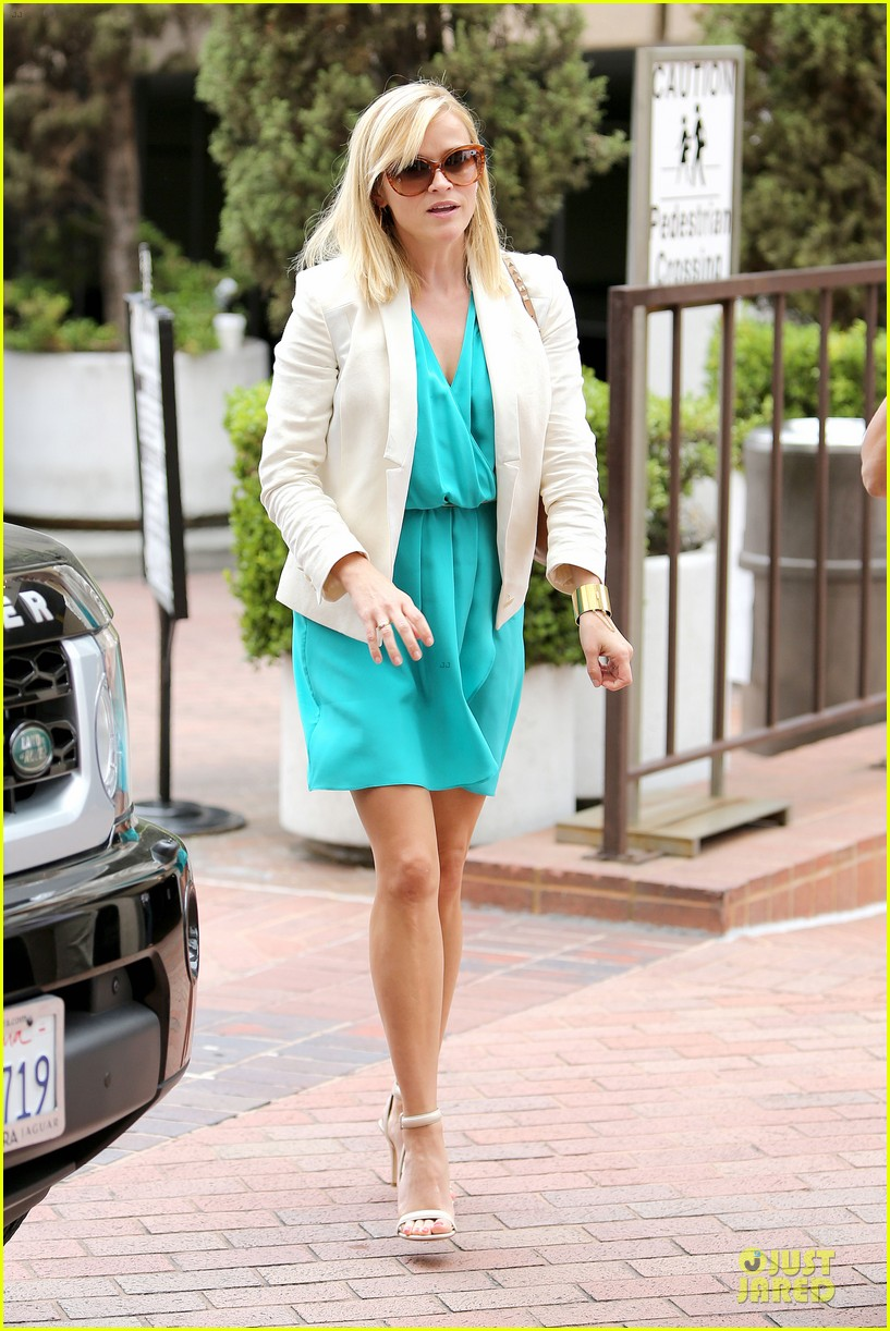 reese witherspoon retail therapy after morning workout 152889908