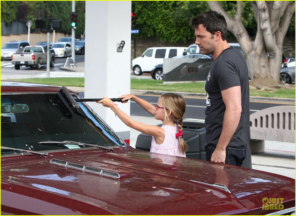 ben affleck violet work as one to clean car windshields 10