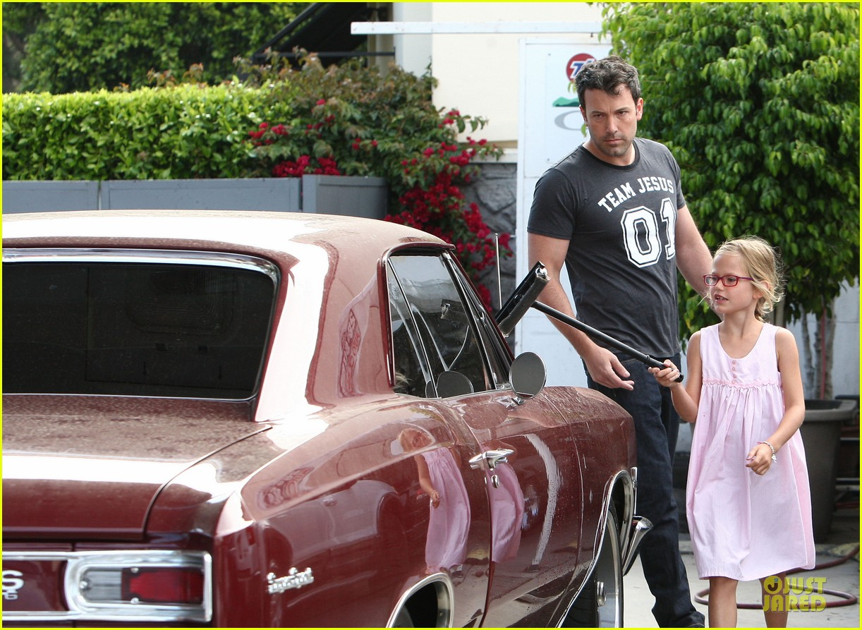 ben affleck violet work as one to clean car windshields 12