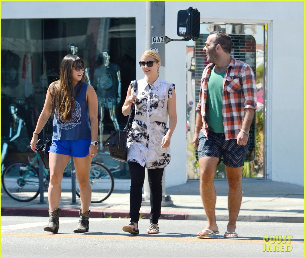 dianna agron jenna ushkowitz hug at lunch 032911008
