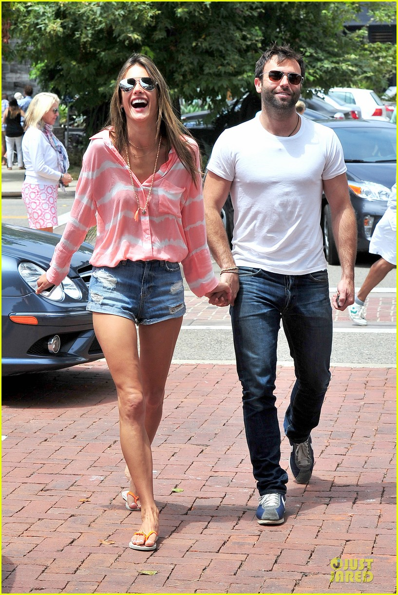 alessandra ambrosio jamie mazur hold hands after july 4 06