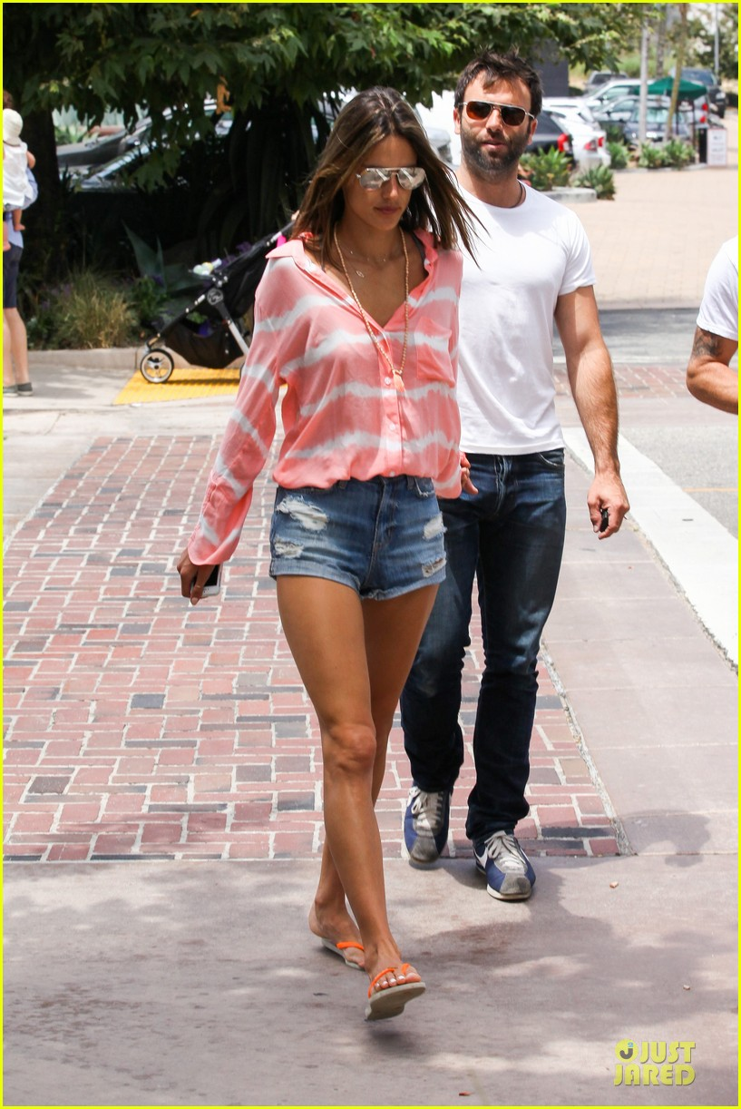 alessandra ambrosio jamie mazur hold hands after july 4 22