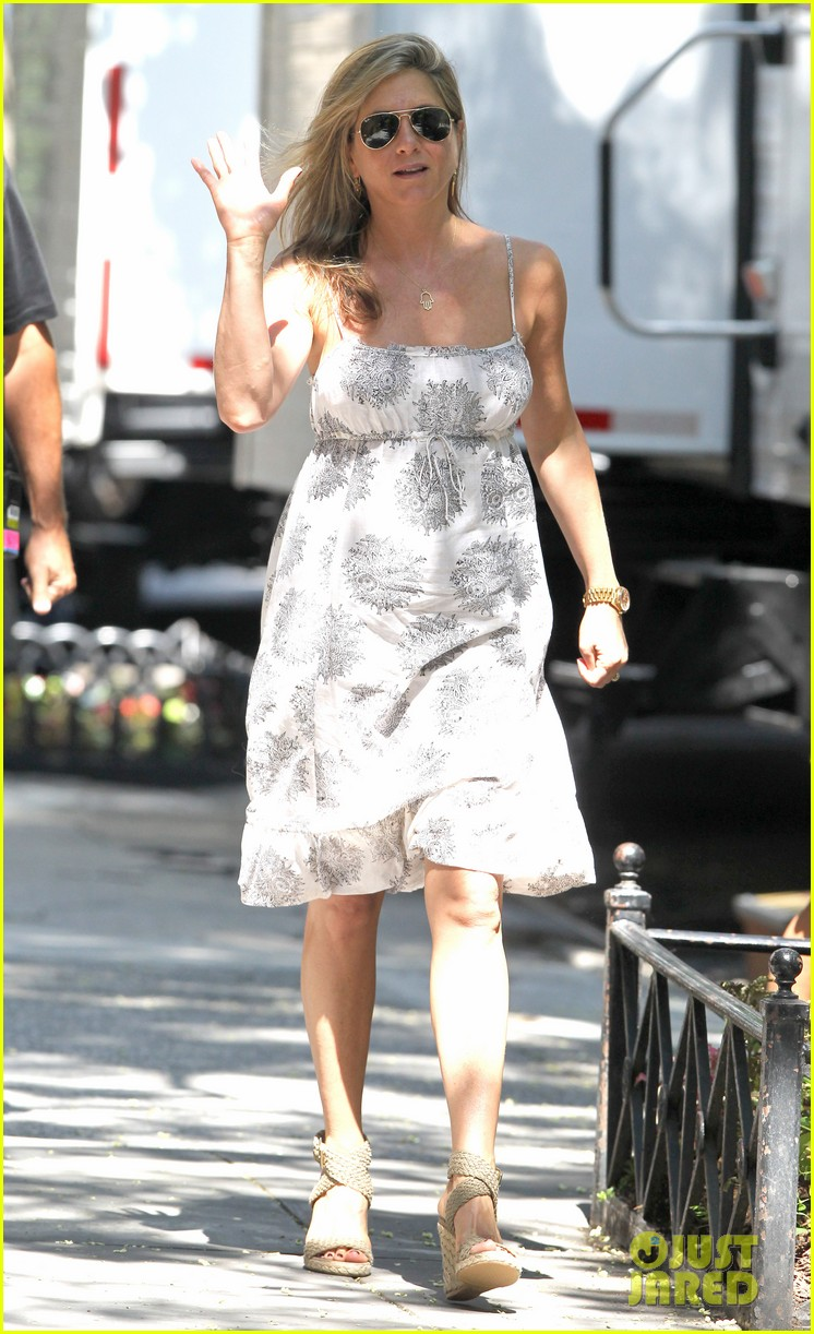 jennifer aniston continues squirrels to the nuts filming 012911465