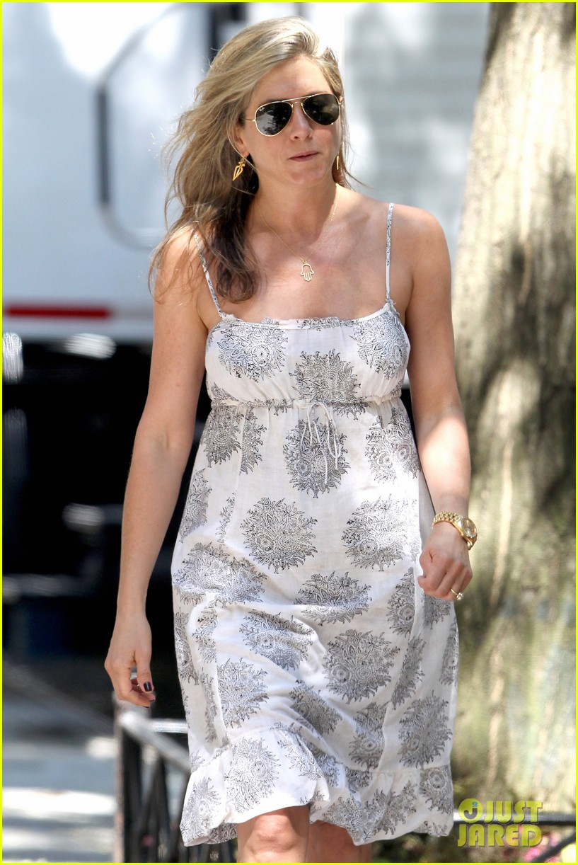jennifer aniston continues squirrels to the nuts filming 08