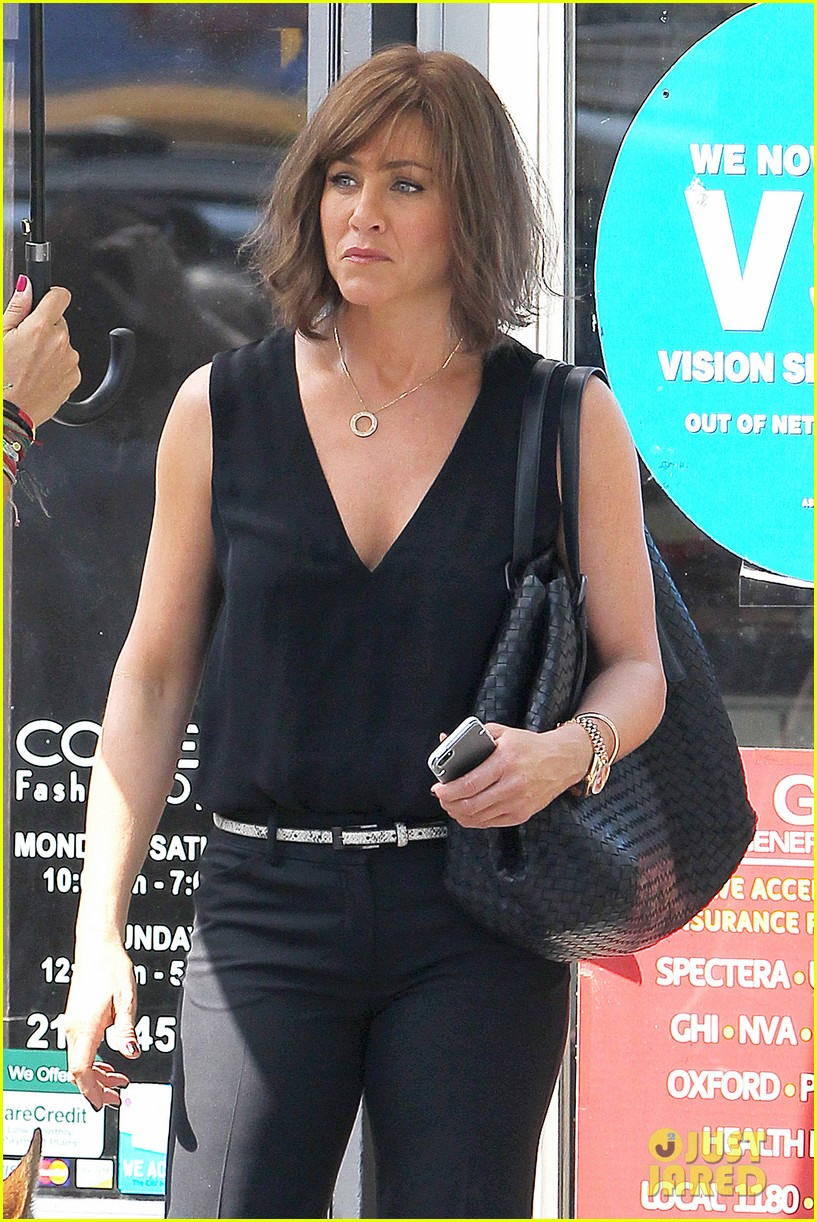 jennifer aniston walks dog gets justin theroux visit on set 18