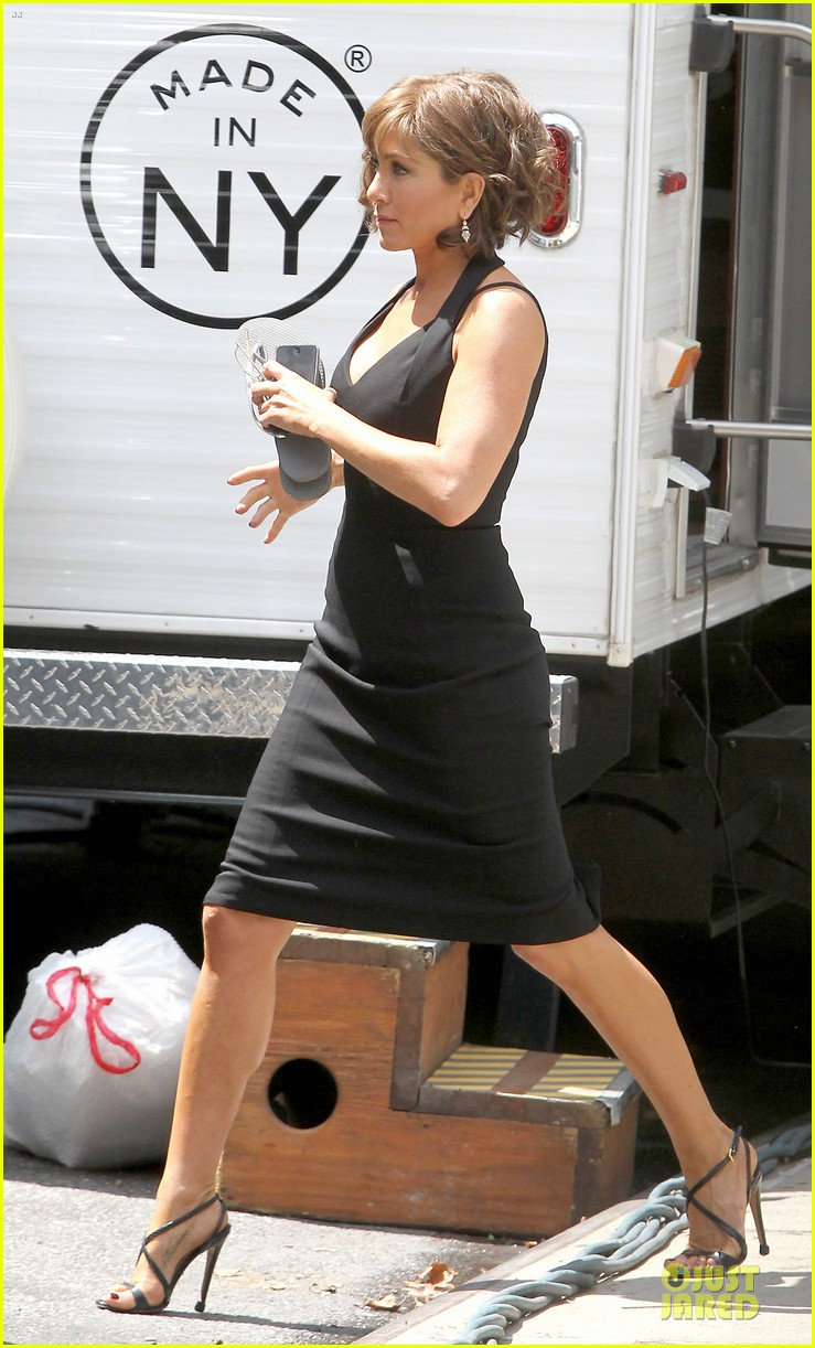 jennifer aniston adoring fans on squirrels to the nuts set 25