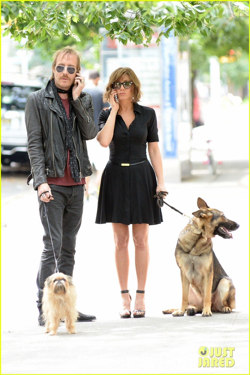 jennifer aniston squirrels to the nuts with rhys ifans 32