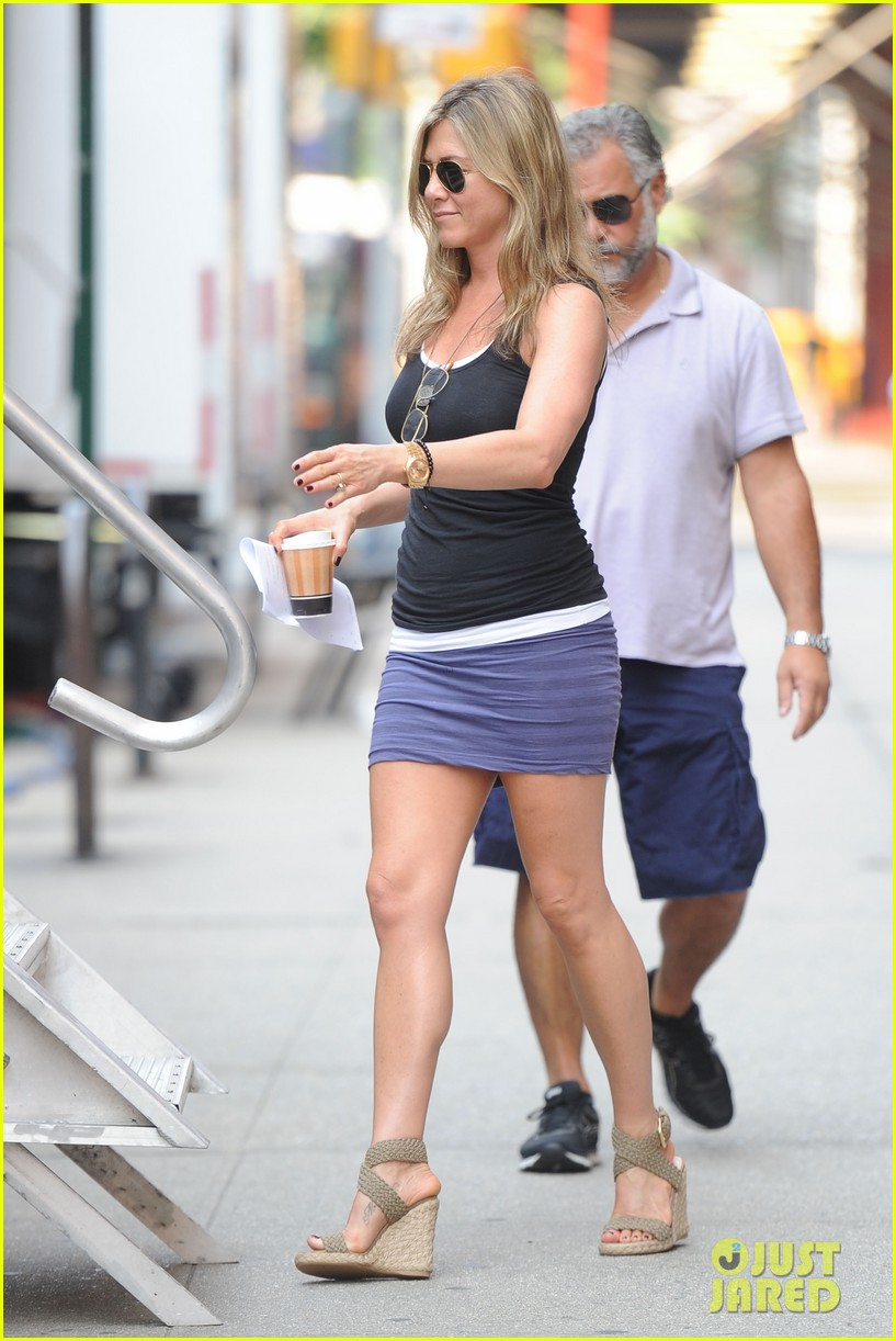 jennifer aniston gets into wig costume for squirrels 12
