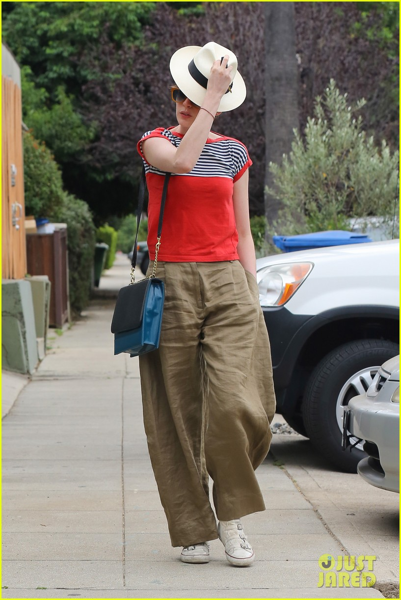 anne hathaway visits friends in beverly hills 04