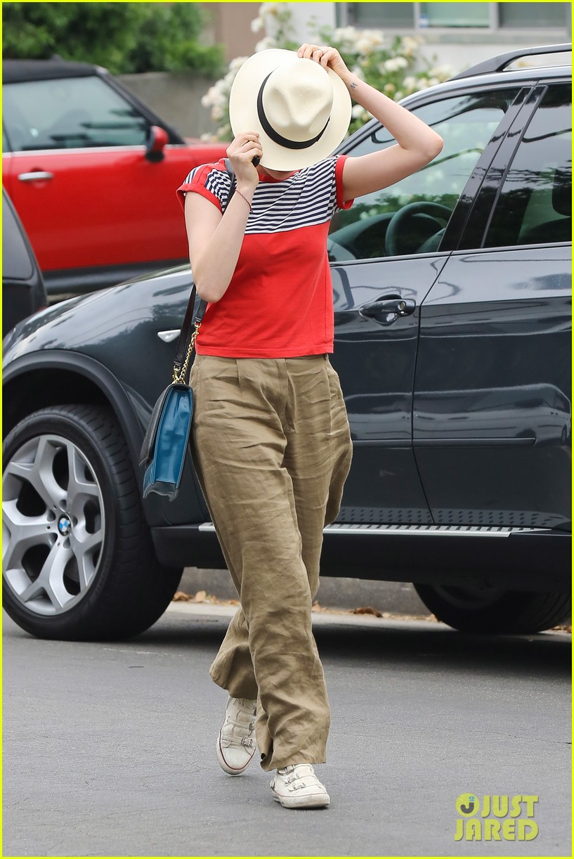 anne hathaway visits friends in beverly hills 10