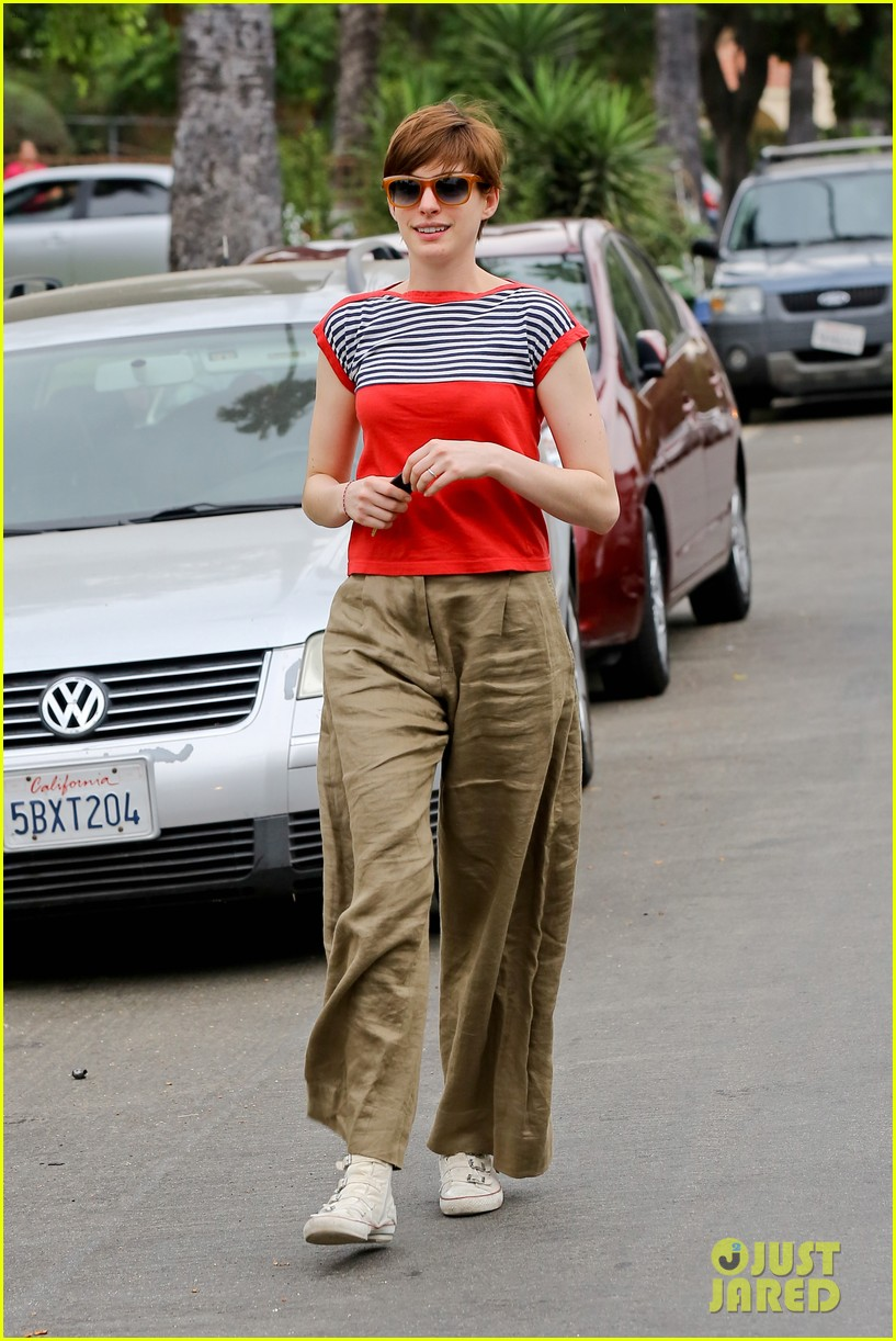 anne hathaway visits friends in beverly hills 26