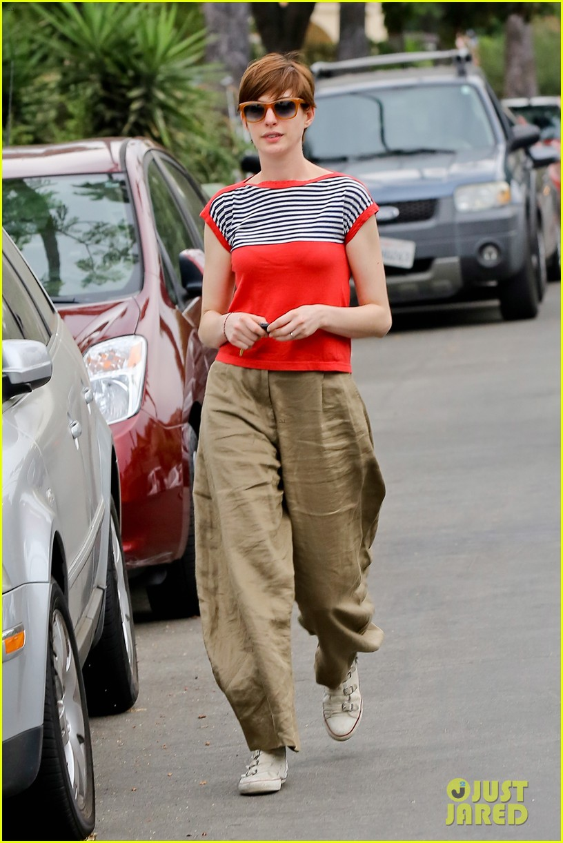 anne hathaway visits friends in beverly hills 27