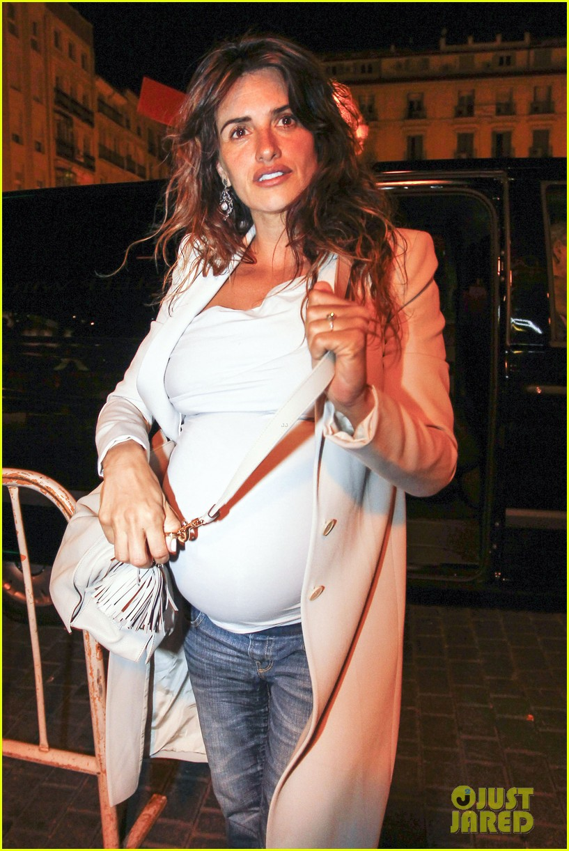 pregnant penelope cruz javier bardem dine out with family 02
