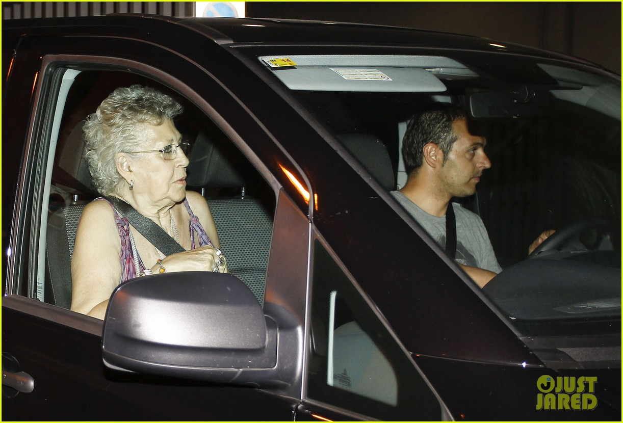 pregnant penelope cruz javier bardem dine out with family 17