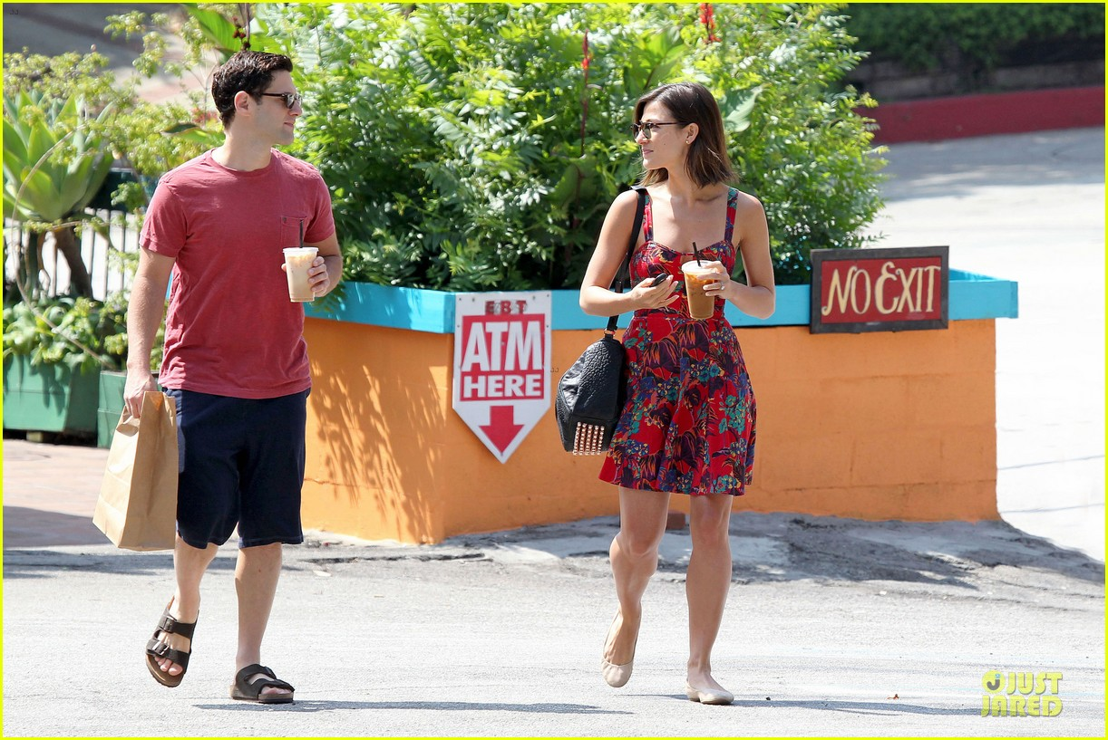 justin bartha lia smith iced coffee sharing couple 11