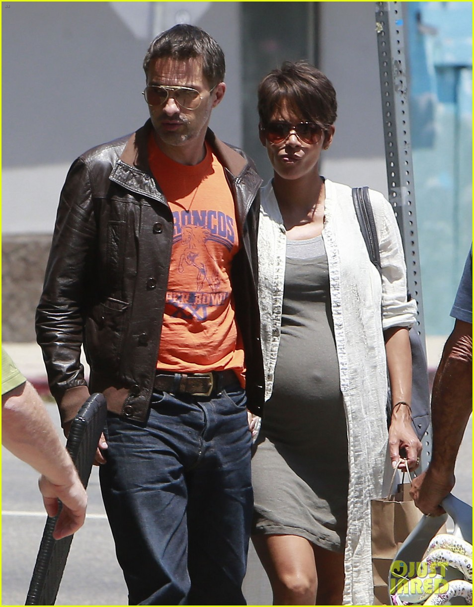halle berry shows off growing baby bump with olivier martinez 112916948