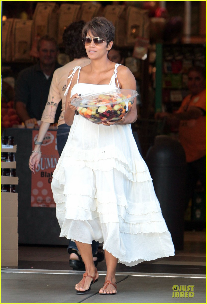 halle berry fruit salad pregnancy craving 03