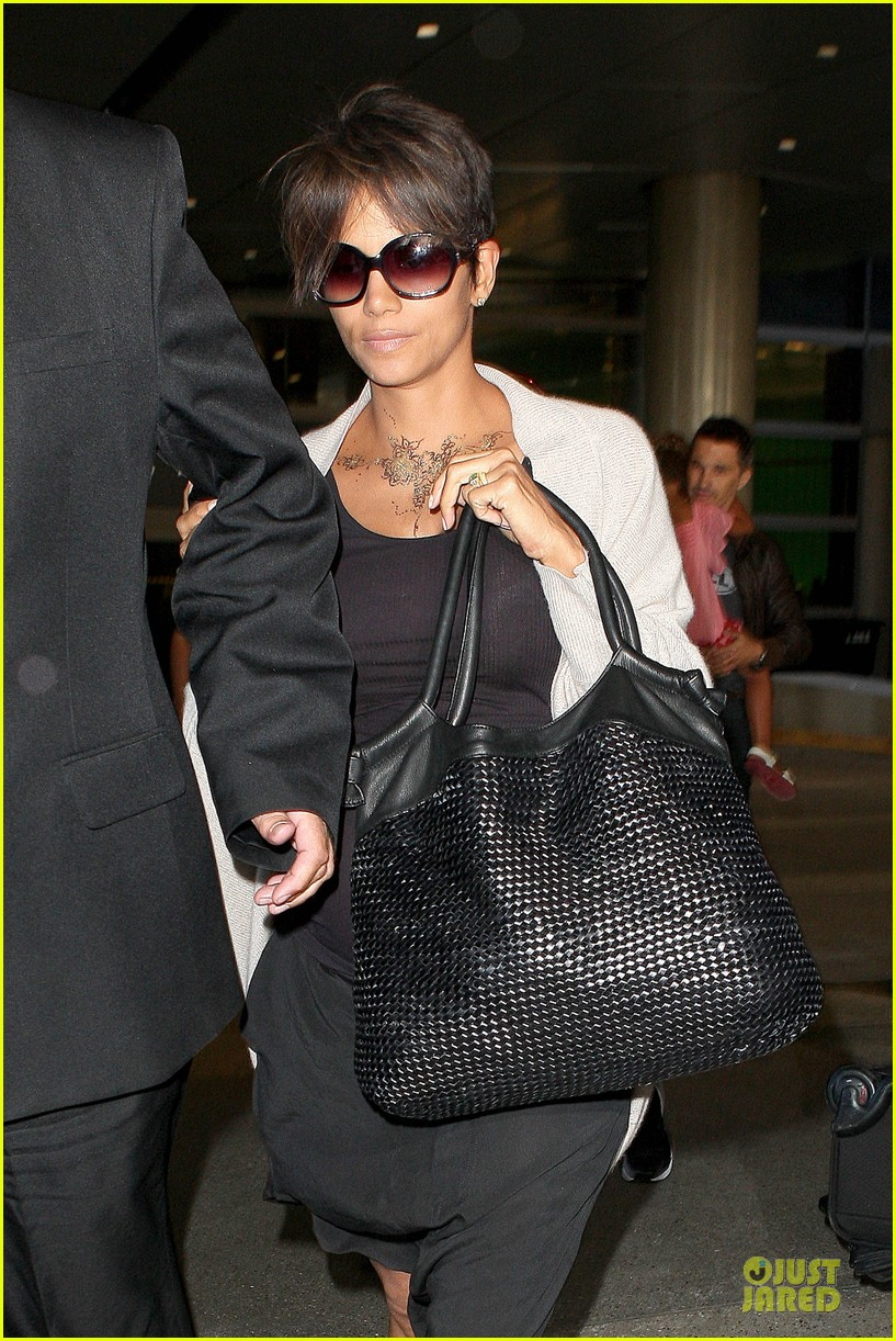 halle berry olivier martinez lax arrival after wedding 08