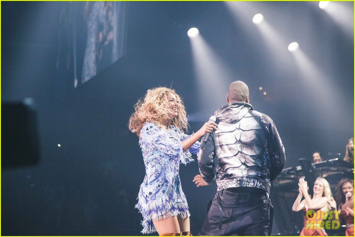 beyonce gets surprise kiss from jay z on mrs carter tour 07
