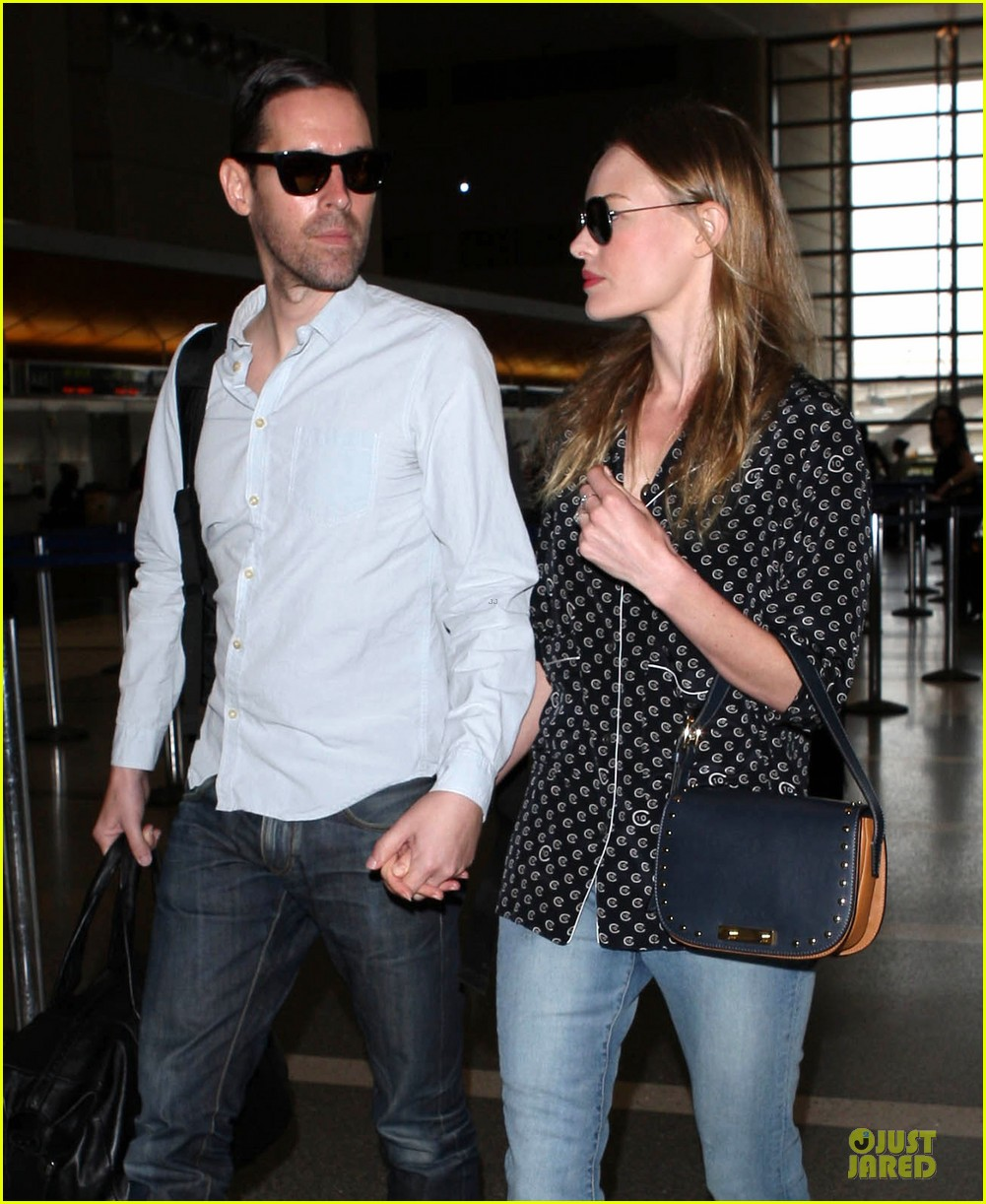 kate bosworth michael polish hold hands for south korea flight 12