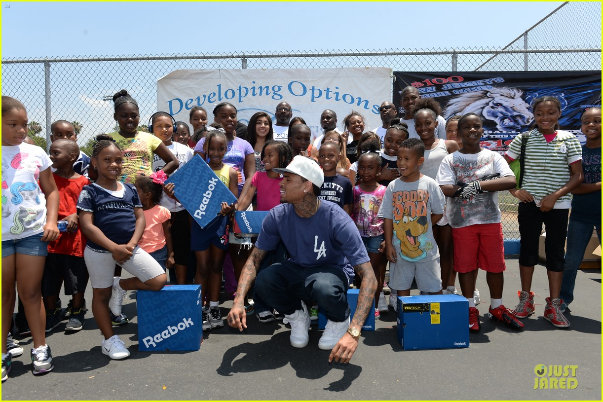 chris brown walk everywhere in unity shoes event 03