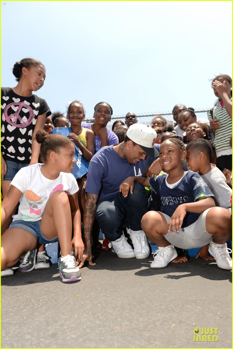 chris brown walk everywhere in unity shoes event 12