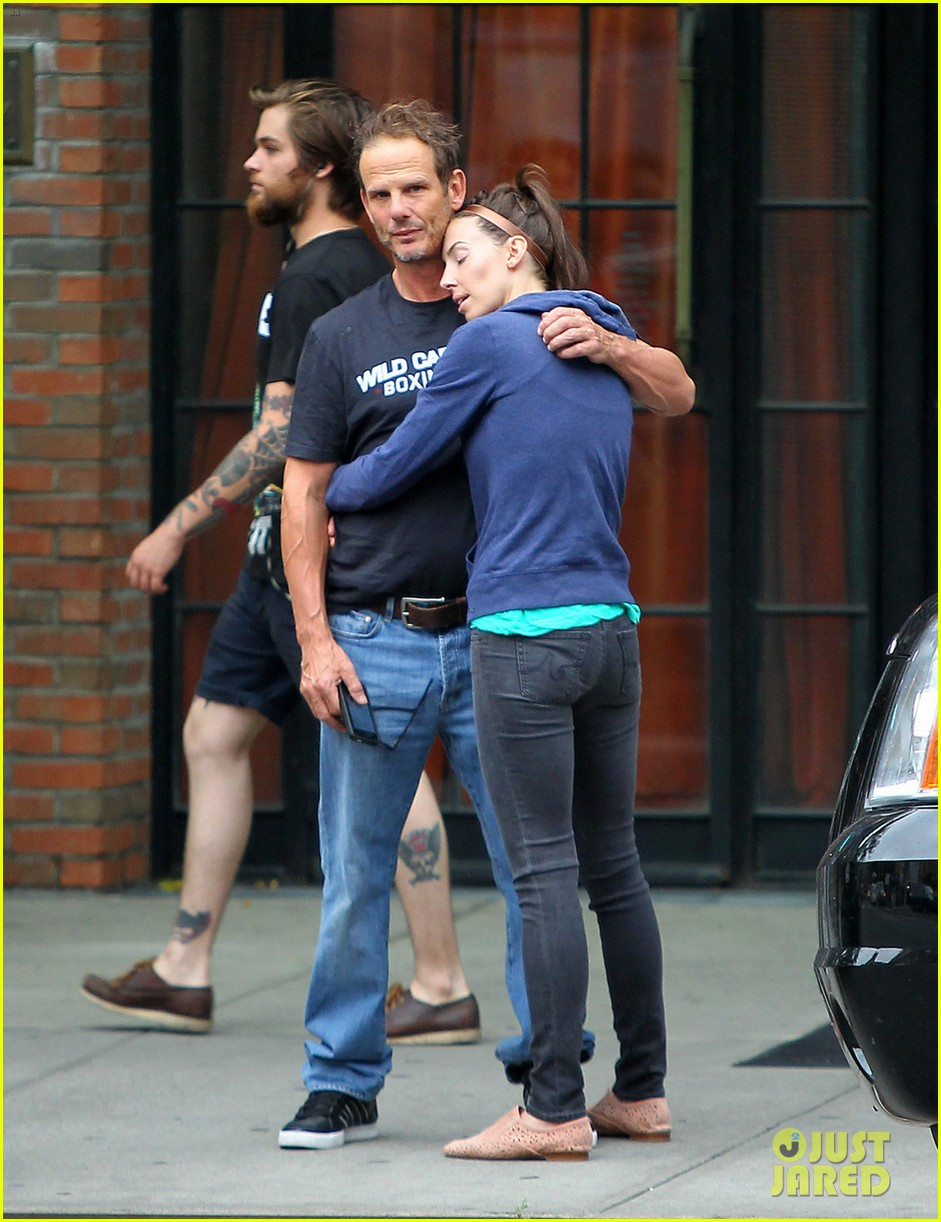 whitney cummings peter berg cuddling couple in nyc 01