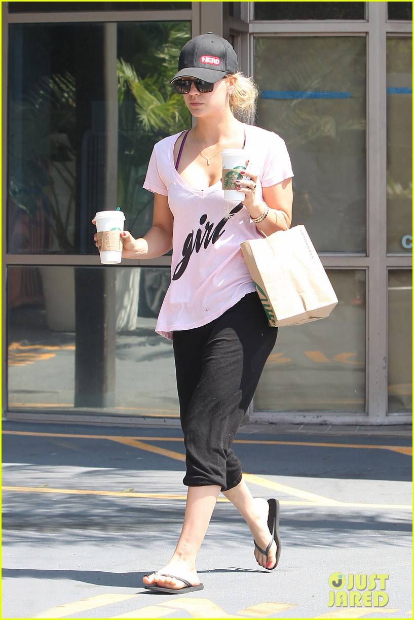 kaley cuoco saturday morning coffee run for two 07