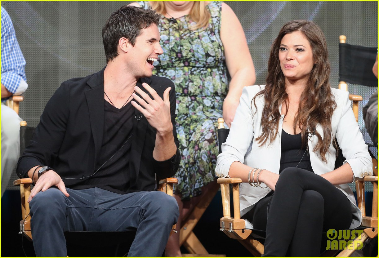robbie amell joseph morgan thw cw at tca 2013 35