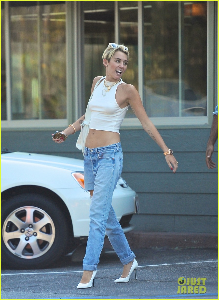 miley cyrus grabs lunch in studio city bares midriff 012904784