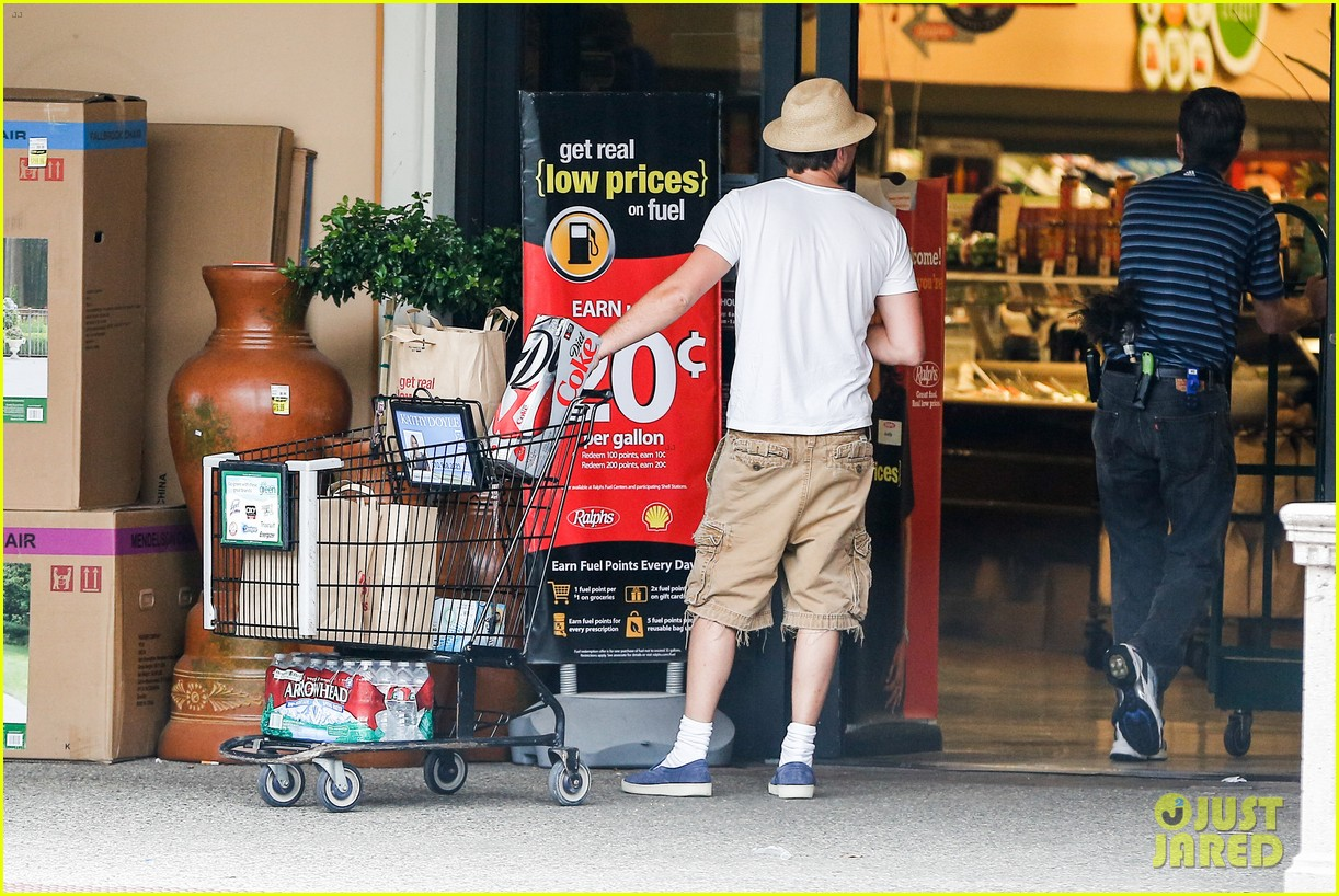 leonardo dicaprio fourth of july grocery shopping 04