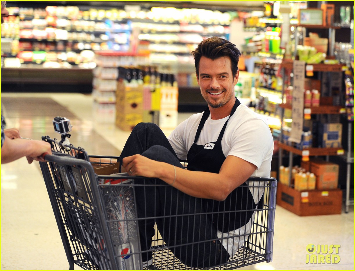 josh duhamel rides in shopping cart for diet pepsi event 02