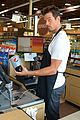 josh duhamel rides in shopping cart for diet pepsi event 08